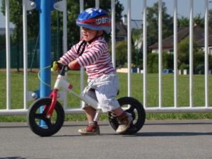 Antoine, 2 ans, tout fier sur son vélocipède