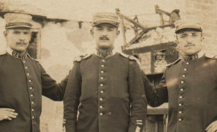 Guerre 14-18: Trois camarades du 24e Régiment de Dragons au repos dans les ruines de Suippes (Marne) en juin 1915